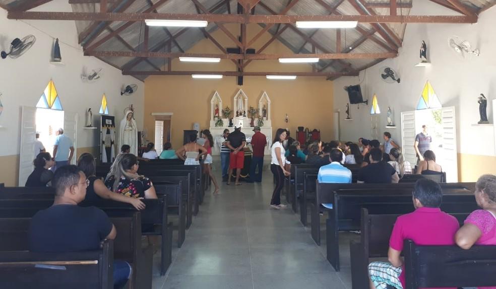 Velório do soldado Ildônio reuniu amigos e familiares na manhã desta sexta-feira (17), na região Oeste potiguar (Foto: Sara Carodoso/Inter TV Costa Branca)