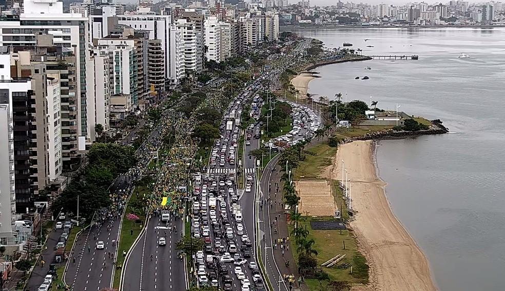 Florianópolis, às 10h29: Protesto na Avenida Beira-mar bloqueia trânsito1 — Foto: Reprodução/ NSC