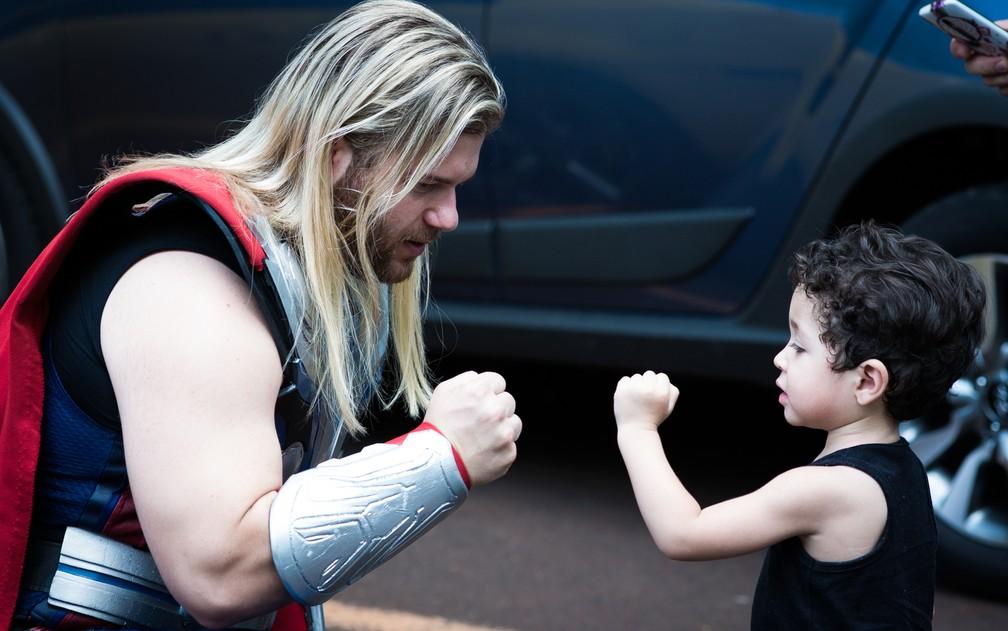 Cosplay do Thor chama a atenação do menino Lucas no Parque Curupira, em Ribeirão Preto (Foto: Érico Andrade/G1)