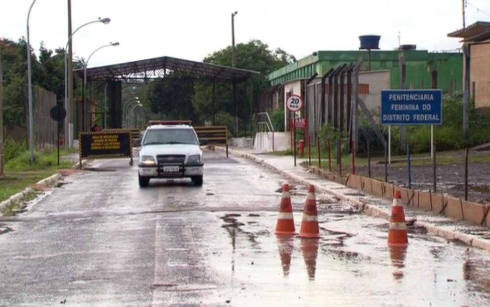 Fachada da Penitenciária Feminina do DF, conhecida como Colmeia — Foto: TV Globo/Reprodução