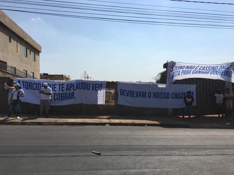 Faixas são afixadas em novo protesto na porta da Toca da Raposa — Foto: Isamara Fernandes/GloboEsporte.com