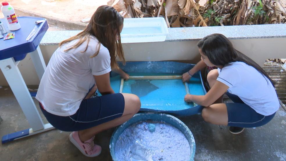Papéis são reciclados por alunos de escola estadual de Vilhena — Foto: Paula Seixas/Rede Amazônica