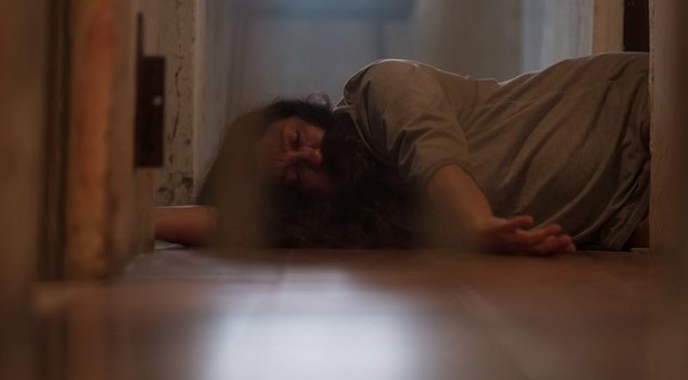 Lurdes finge desmaio para tentar enganar Thelma — Foto: Globo