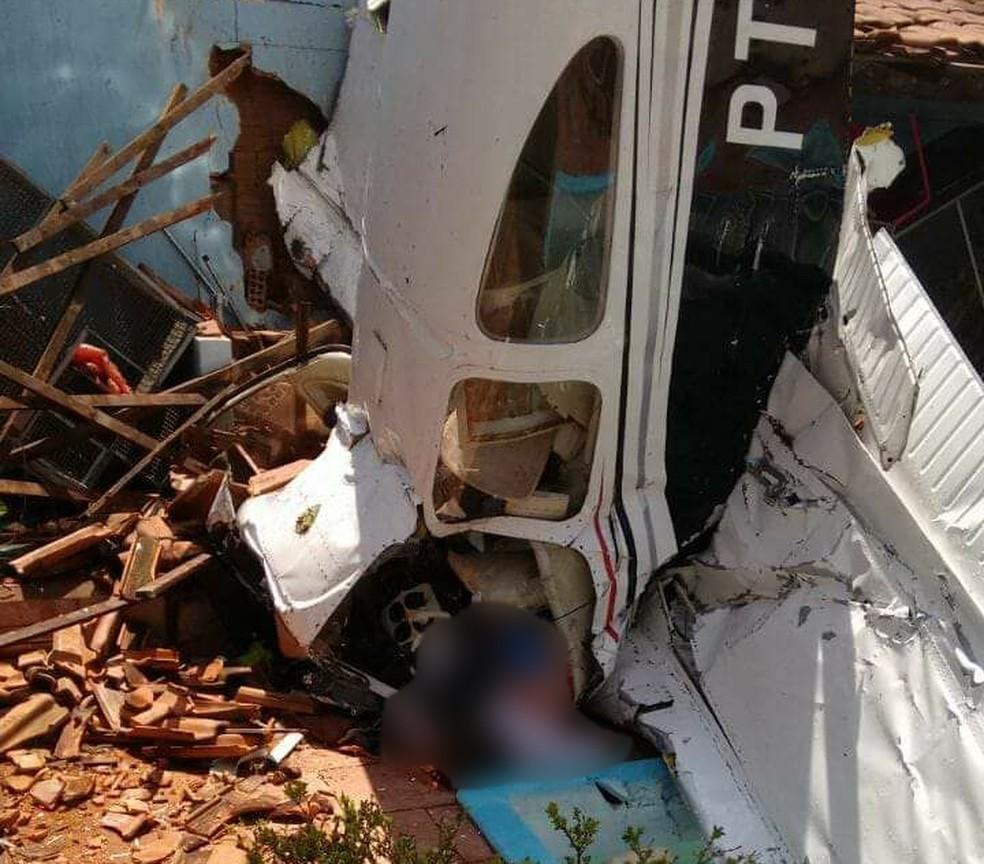 Aeronave caiu no quintal de uma casa em Rio Preto (Foto: Arquivo pessoal)