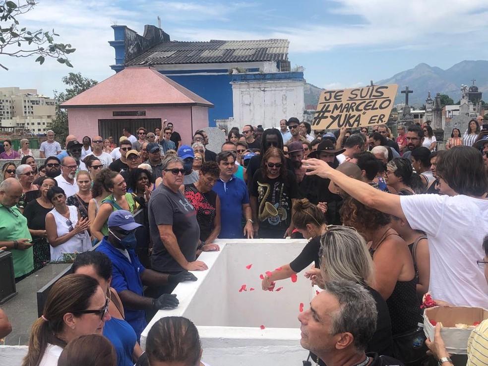 Corpo de Marcelo Yuka foi enterrado na tarde deste domingo (20) no Cemitério de Campo Grande, Zona Oeste do Rio — Foto: Matheus Rodrigues/G1