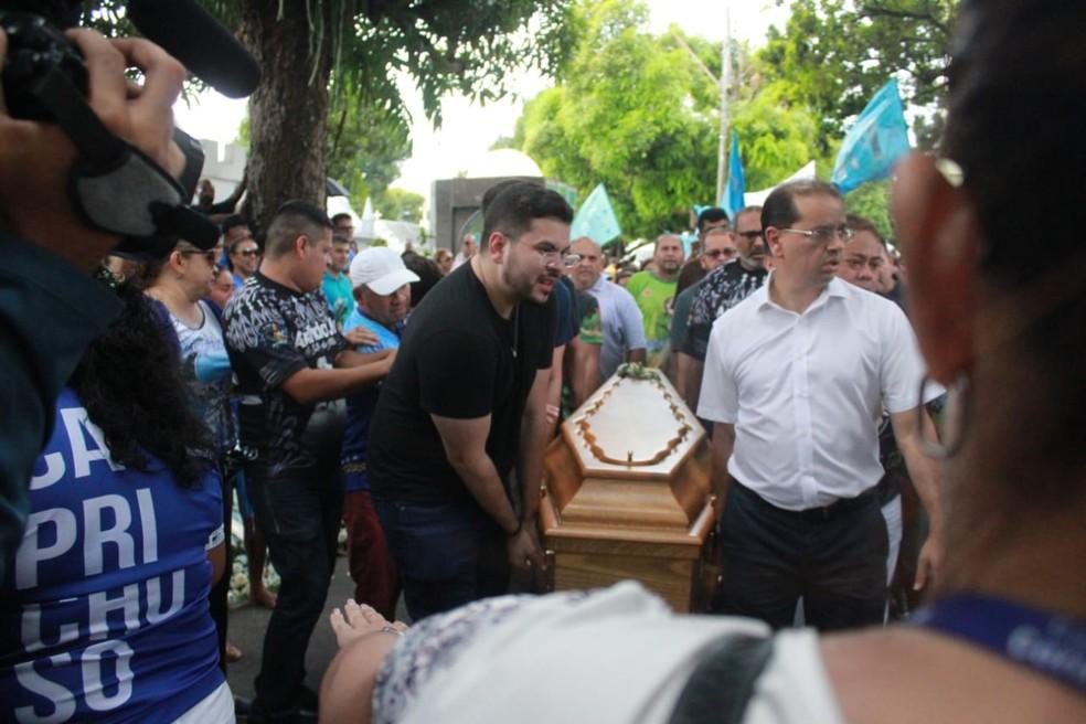 Arlindo Jr é entrerrado — Foto: Eliana Nascimento/G1 AM