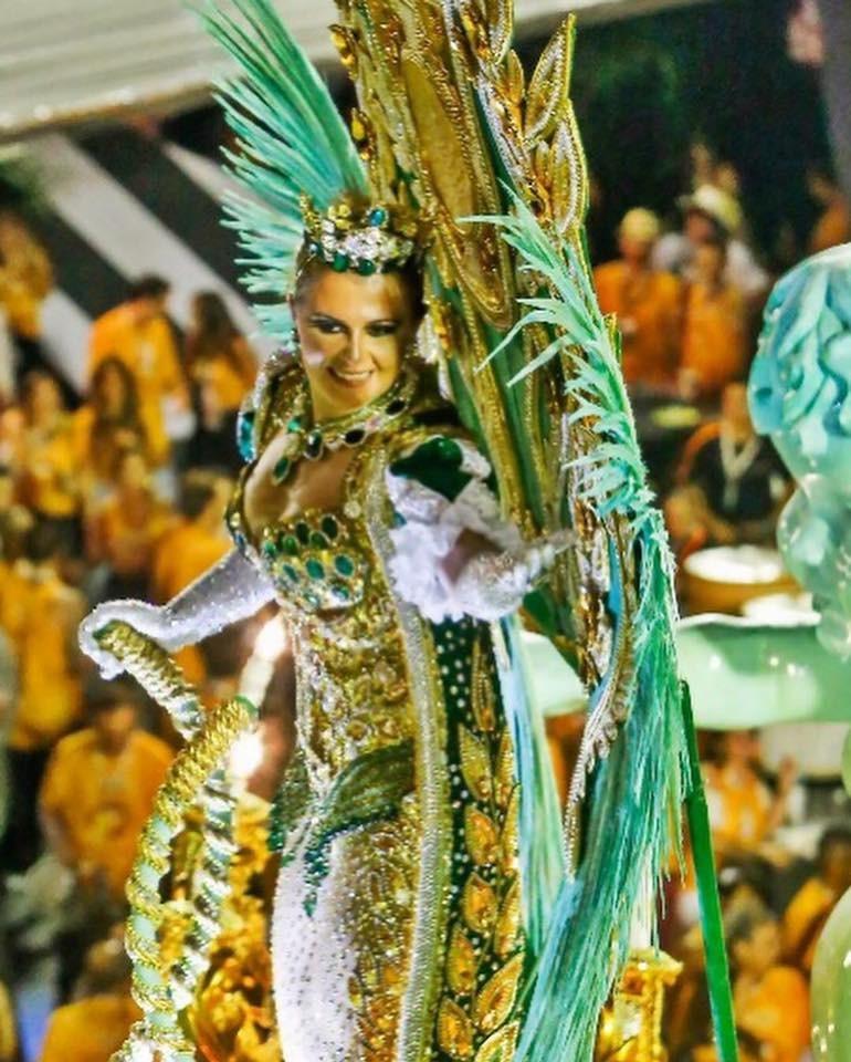 Simone tradicionalmente desfila como destaque no abre-alas da escola, como em 2018