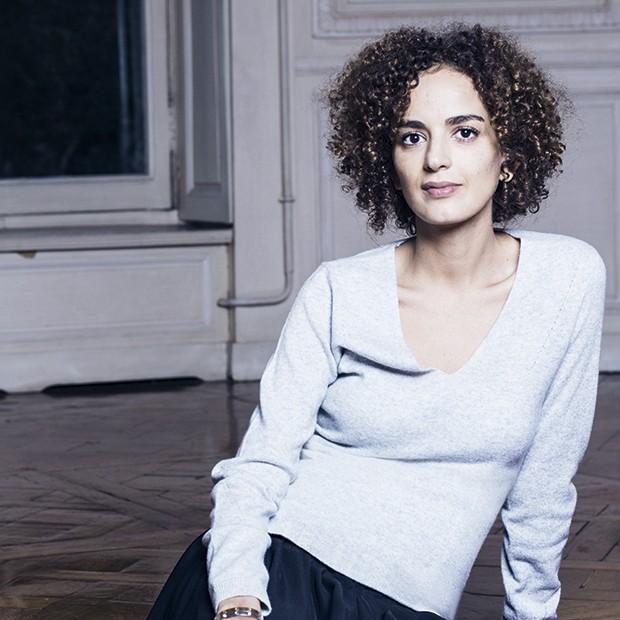 Leila Slimani: autora explora os motivos que levam babá  a assassinar duas crianças  em trama eletrizante (Foto: Getty Images)