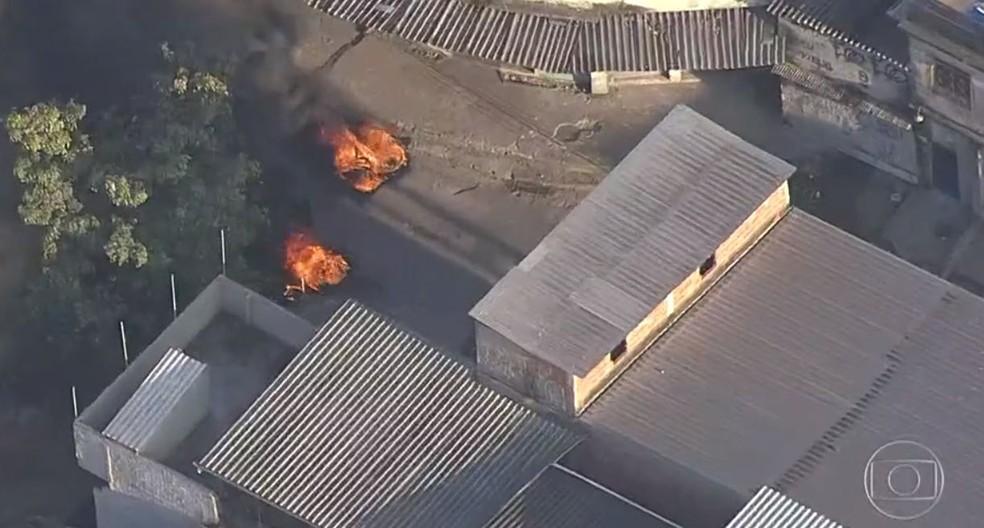 Usados como barricadas, pneus estavam em chamas na manhã desta quarta-feira (5) na Cidade de Deus. — Foto: Reprodução/TV Globo
