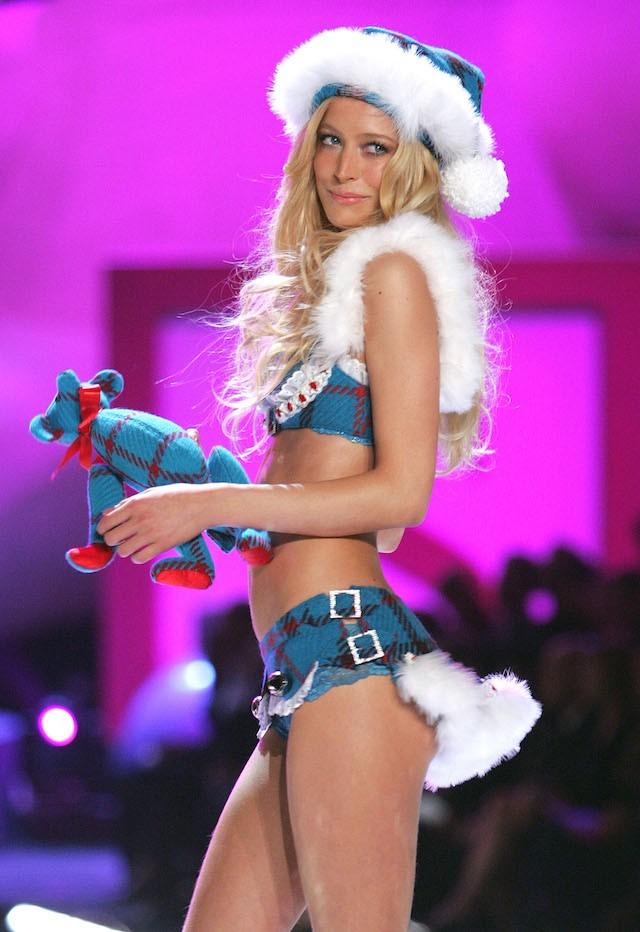 Raquel Zimmermann, aqui em 2005, hoje é conhecida por trabalhos mais artísticos ou conceituais, mas também já cruzou a passarela da Victoria's Secret. (Foto: Getty Images)