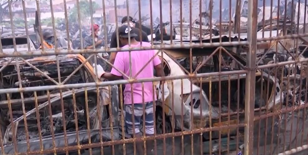 Incêndio atinge loja de auto-peças e carros ficam destruídos em Feira de Santana — Foto: Reprodução/TV Subaé