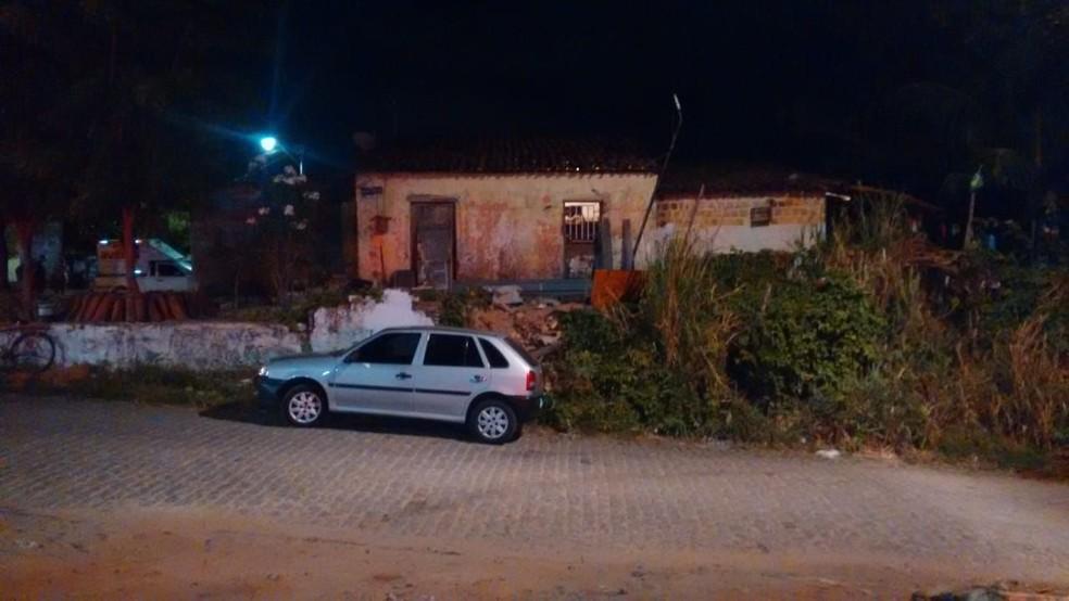 Os dois homens foram mortos próximo à casa de um deles, em Caucaia, na Grande Fortaleza.  — Foto: Ricardo Mota