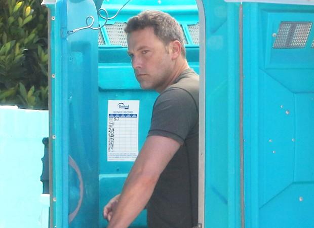 Ben Afleck usa banheiro químico em frente sua casa (Foto: The Grosby Group)