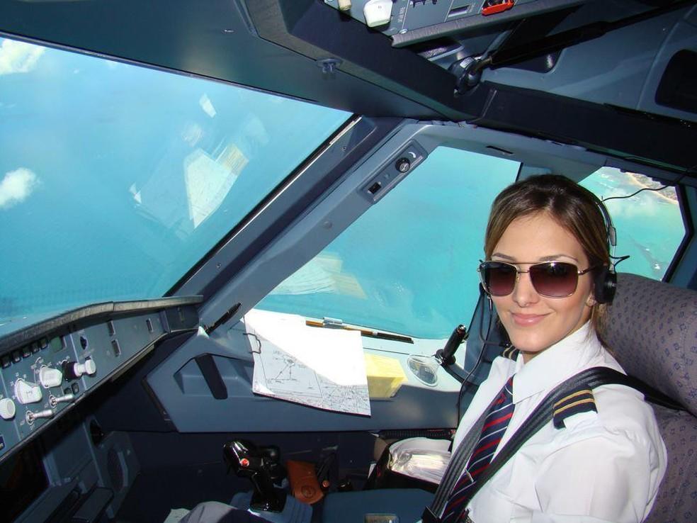 Flavia que nasceu em Itápolis trabalha como copiloto nos Emirados Árabes — Foto: Arquivo pessoal