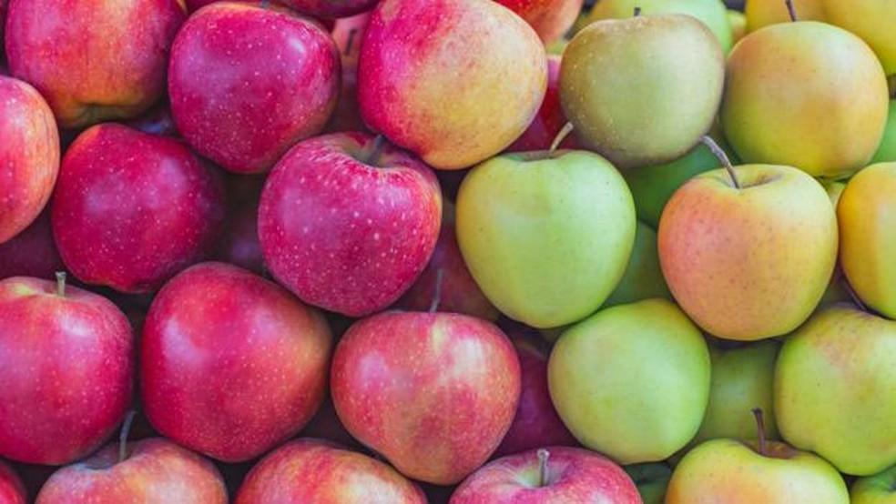 Aumento de temperaturas dificulta mudanças químicas que deixam cor da casca da fruta vermelha — Foto: Getty Images/ BBC