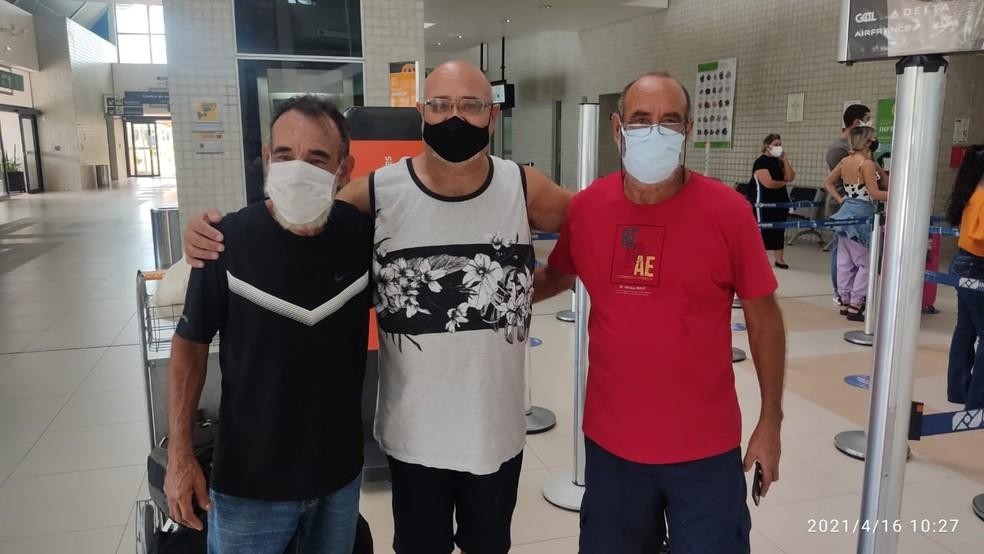 Após reencontro, irmãos levaram Nilson Batista levaram ele de volta para casa — Foto: Gledisson Albano/Rede Amazônica