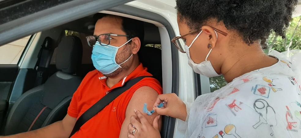 Homem recebe vacina contra Covid-19 em ponto de drive-thru— Foto: Everaldo Silva/TV Globo