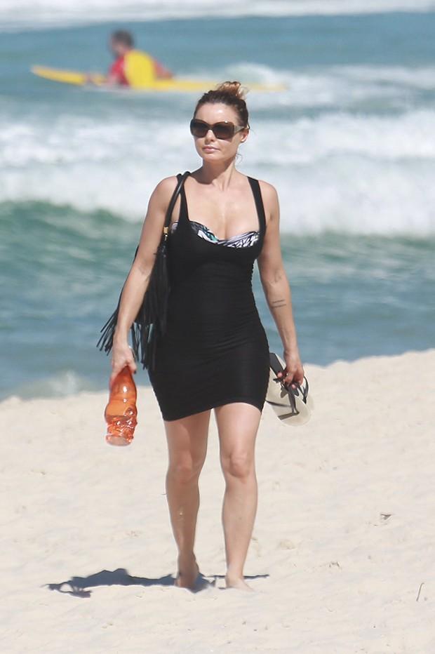 Rita Guedes na praia da Barra da Tijuca (RJ) (Foto: AgNews)