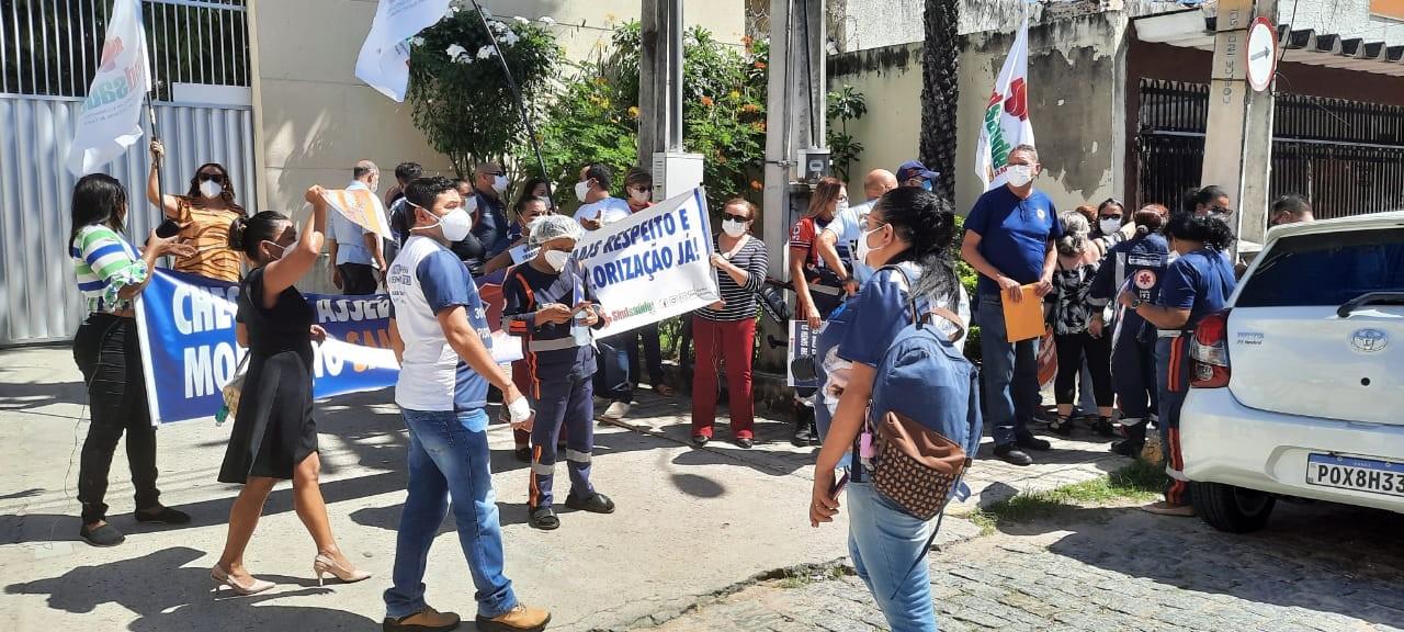 Grupo de servidores do Samu fazem manifestação em Fortaleza