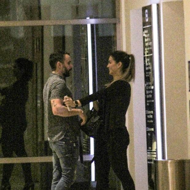 O casal brinca na porta do elevador  (Foto: J Humberto/AgNews)