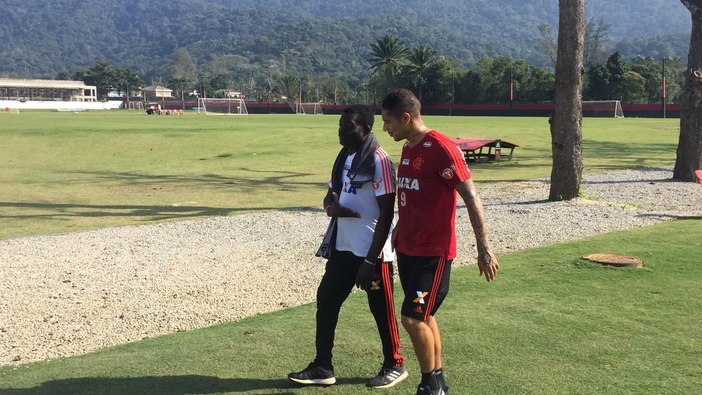 Guerrero deixa o ampo de treino e vai para o vestiário com o massagista Deni (Foto: Raphael Zarko)