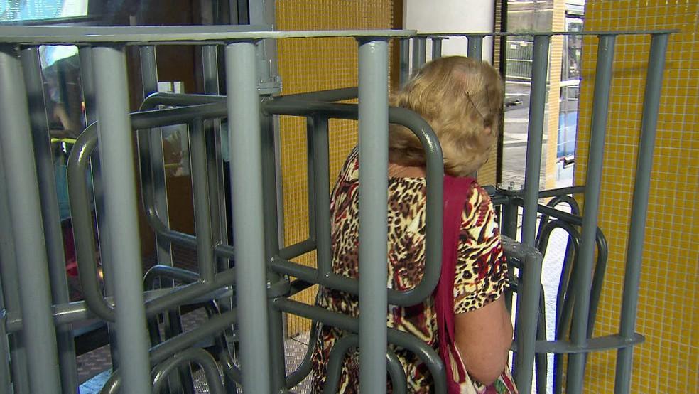 Catracas altas foram alvo de reclamações dos passageiros (Foto: Reprodução/TV Globo)