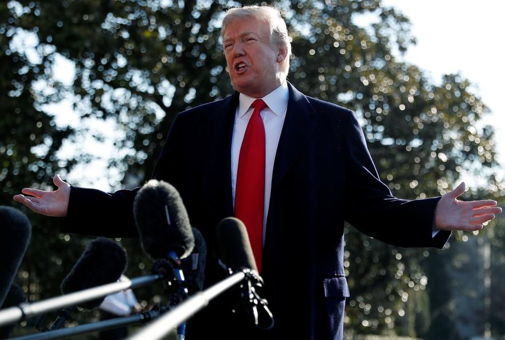 -  Presidente dos EUA, Donald Trump, conversa com a imprensa antes de viajar para a Califórnia, sobre a demissão de Rex Tillerson  Foto: Leah Millis/Reu