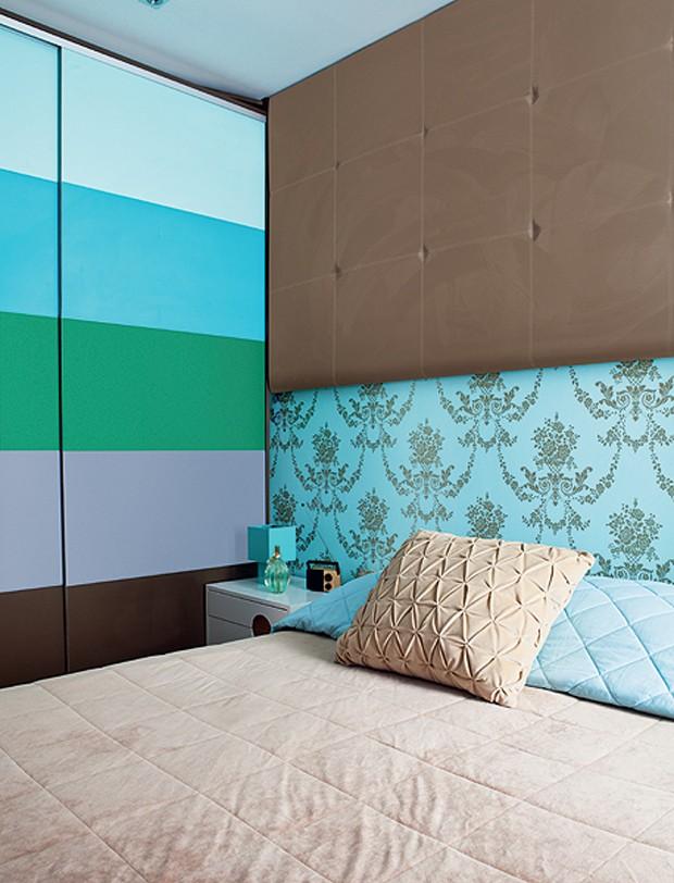 Não é porque o quarto é pequeno, que a decoração precisa ser neutra. O armário com listras coloridas no quarto da arquiteta Letícia Arcangeli é a prova de que tons intensos ajudam a criar a sensação de profundidade (Foto: Lufe Gomes/Casa e Jardim)