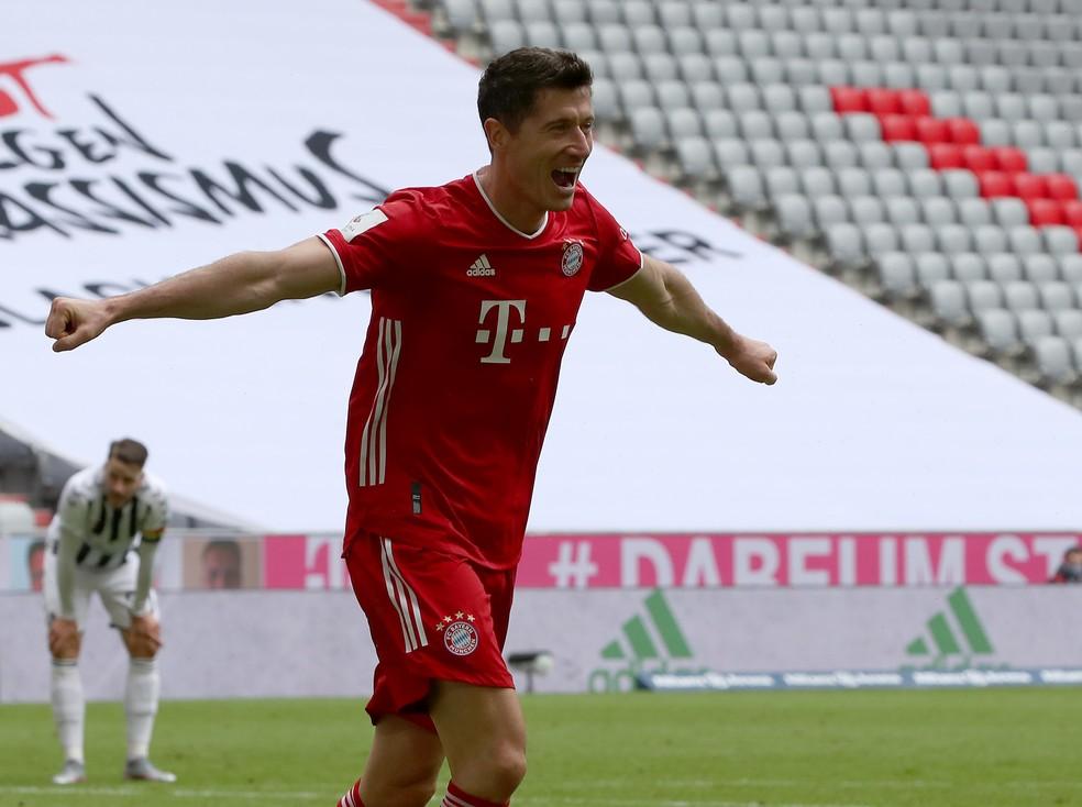 Lewandowski comemora um dos gols sobre o Freiburg — Foto: Beier/Getty Images