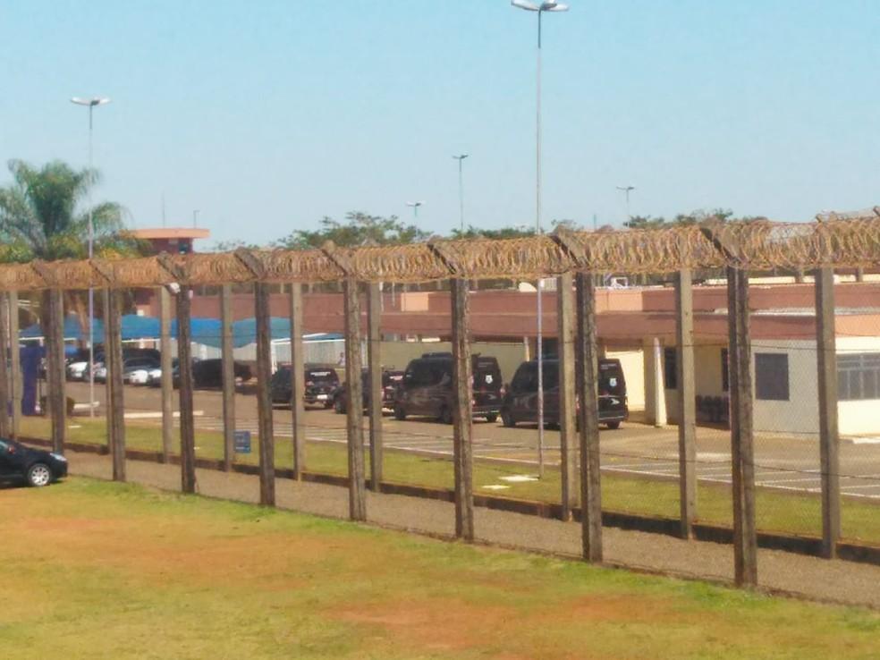 Viaturas estão de prontidão no presídio federal para acompanhar Adelio do aeroporto até o local.  (Foto: Osvaldo Nóbrega/TV Morena )