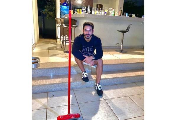 Rodolffo posa na frente de seu bar (Foto: Reprodução)