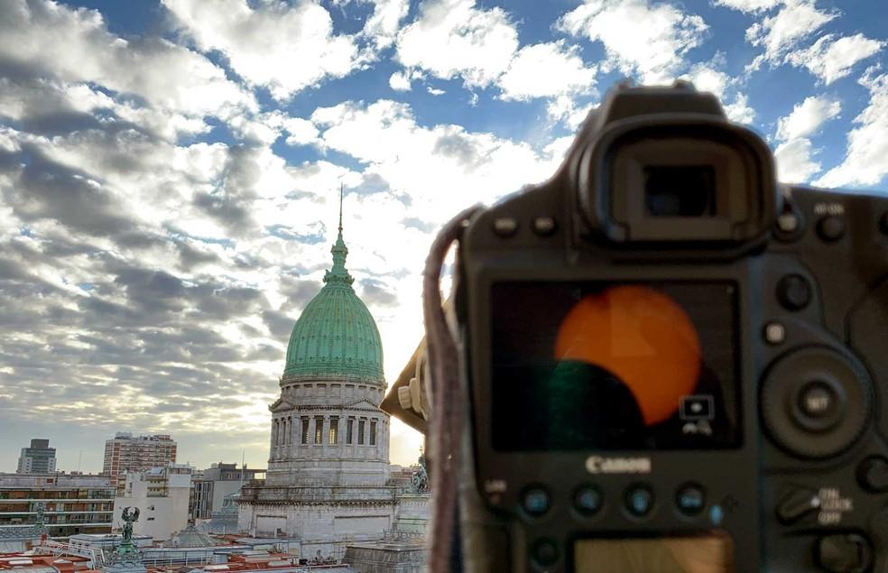 Vista do Congresso durante o eclipse solar na cidade de Buenos Aires, Argentina, em 2 de julho de 2019. — Foto: Alejandro Pagni/AFP