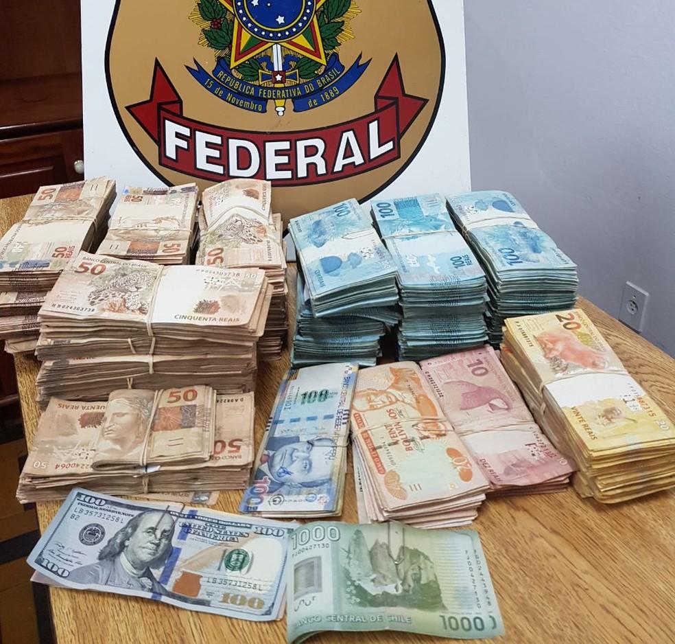 Dinheiro ficou apreendido na sede da polícia (Foto: PF/Divulgação)