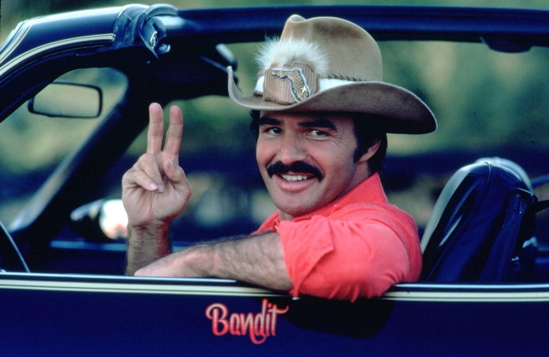 O ator Burt Reynolds no carro no qual será realizado seu funeral (Foto: Reprodução)