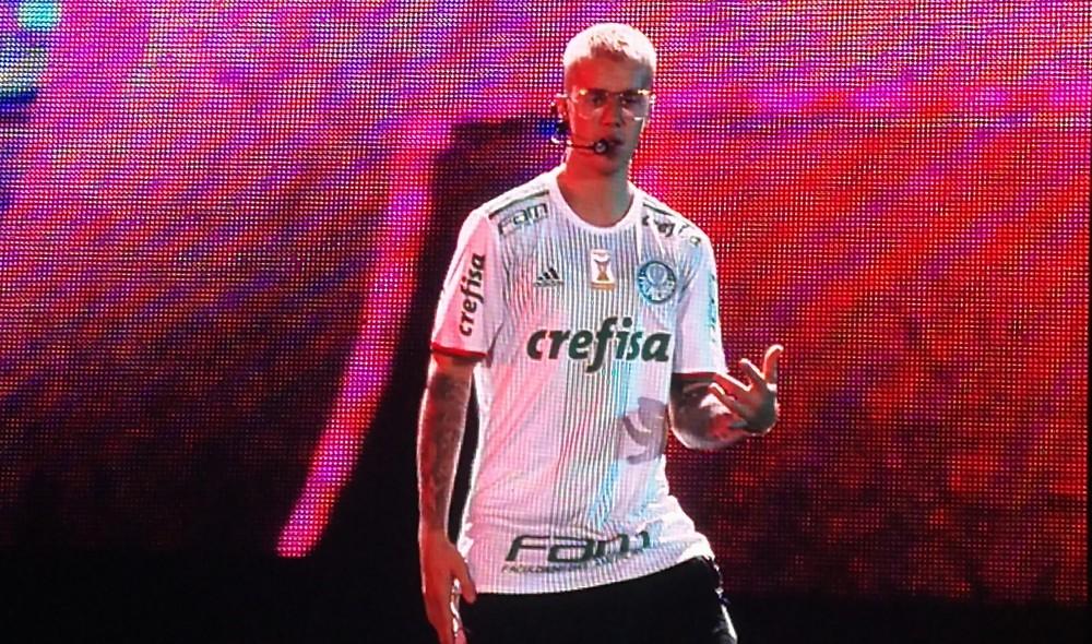 Justin Bieber com a camisa do Palmeiras durante show no Allianz Parque em São Paulo (Foto: Rodrigo Ortega/G1)