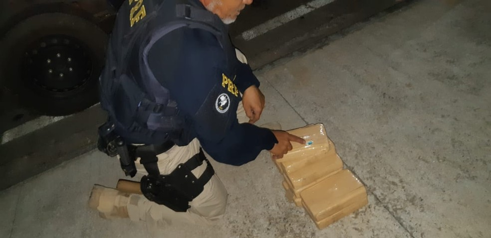 Casal preso foi flagrado com droga dentro de carro na BR-304 em Mossoró  — Foto: PRF/Divulgação