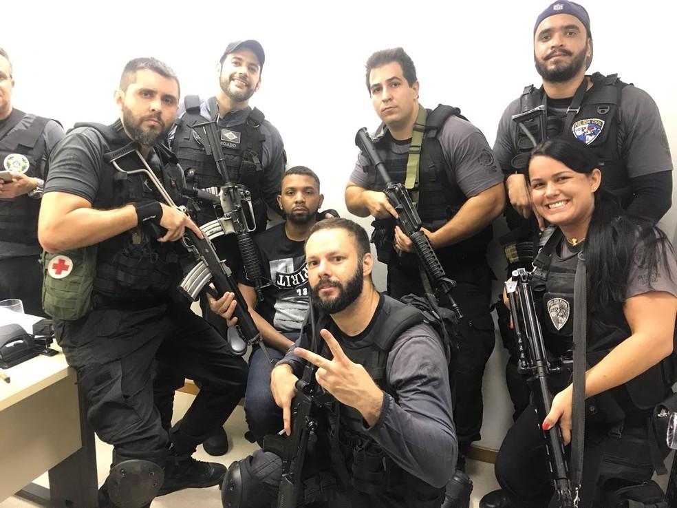 Agentes são fotografados ao lado de criminoso (Foto: Redes sociais)