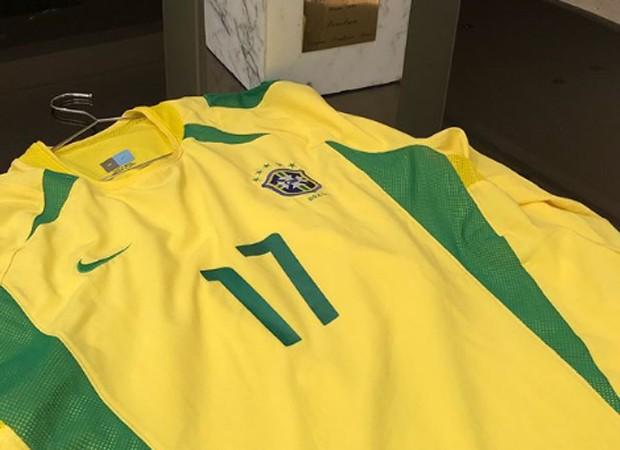 Denílson, que foi o 17 na Copa do pentacampeonato, em 2002, colocou foto da camisa para mostrar a torcida (Foto: Reprodução/Instagram)