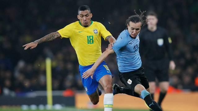 Allan desarma Laxtal no campo defensivo: meia entrou bem contra o Uruguai, na estreia pela Seleção