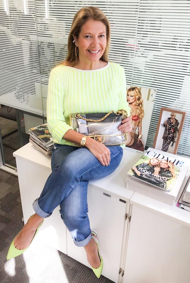 Donata é adepta da bolsa transparente: ela tem a Chanel da foto há mais de 10 anos (Foto: Vogue)