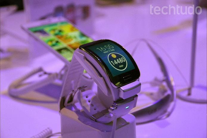Gear S, da Samsung, é equipado com Tizen e traz tela curva OLED de 2 polegadas (Foto: Fabrício Vitorino/TechTudo)