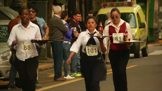 Pelo Mundo: garçons participam de corrida com bandeja na Argentina