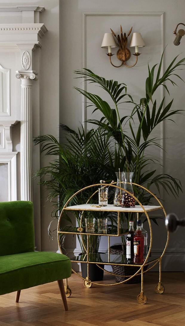 Décor do dia: carrinho de bebida na sala de estar (Foto: Oliver Bonas/Divulgação )
