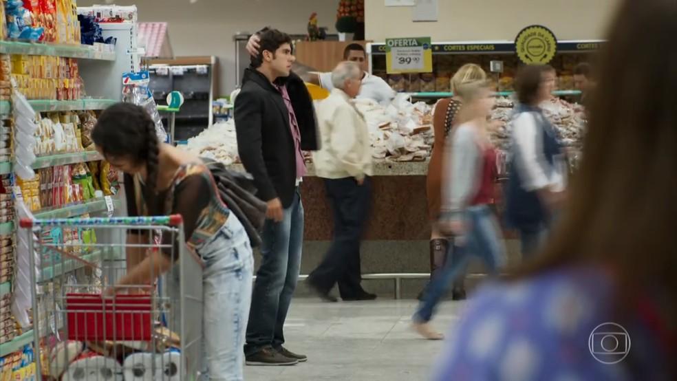 Felipe (Marcos Pitombo) procura Shirlei (Sabrina Petraglia) no mercado - 'Haja Coração' — Foto: Globo