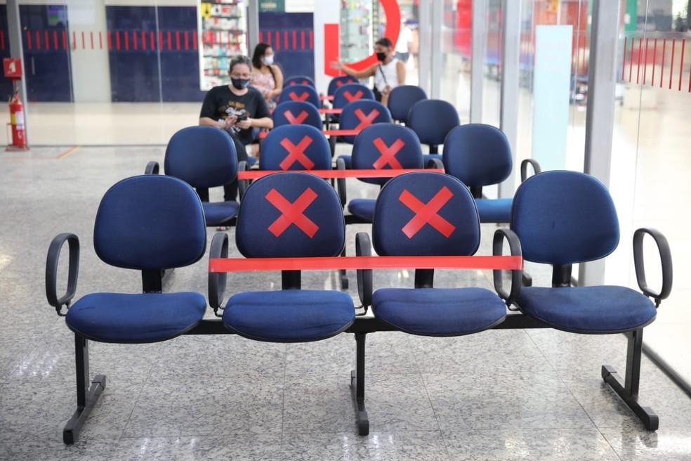 A colagem de adesivos para indicar o distanciamento social está entre as medidas sanitárias adotadas no Terminal Rodoviário de Fortaleza — Foto: Fabiane de Paula/SVM