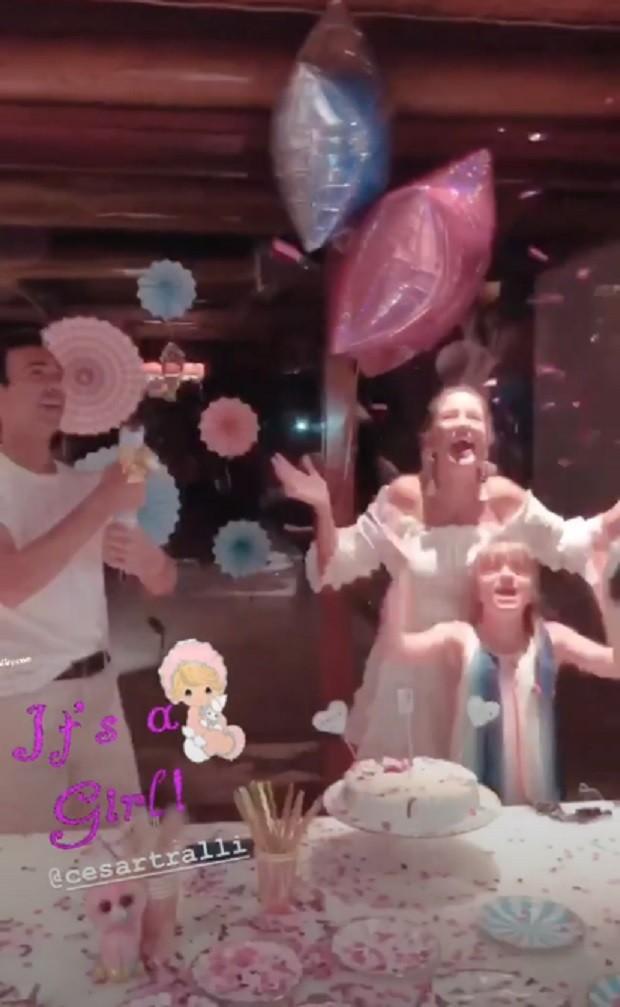 A família comemorando a notícia de que terão uma menina (Foto: Reprodução Instagram)