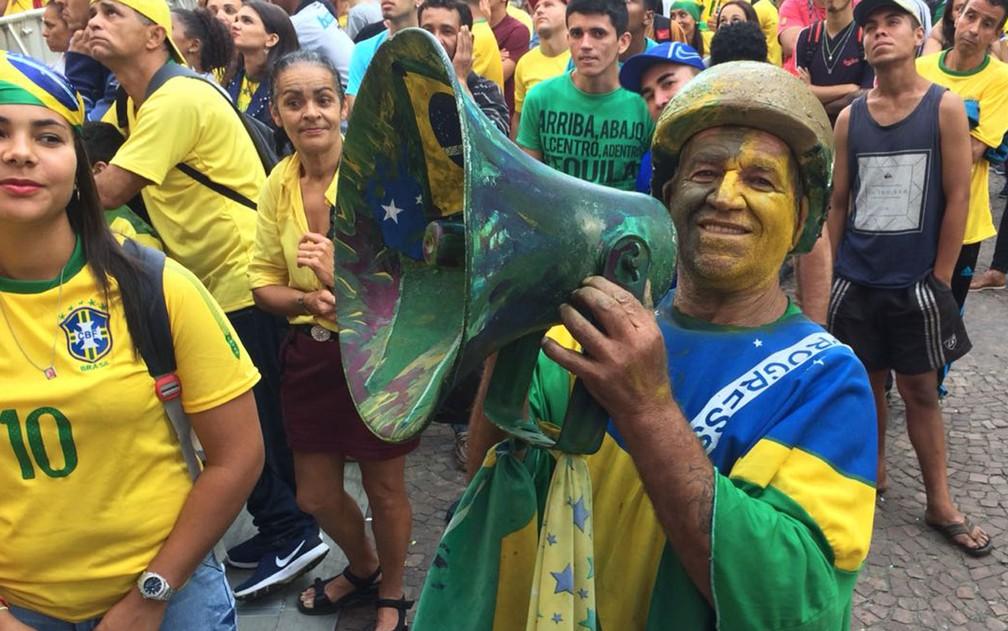 Esse torcedor coloriu até o megafone em verde e amarelo (Foto: Bárbara Muniz Vieira/G1)