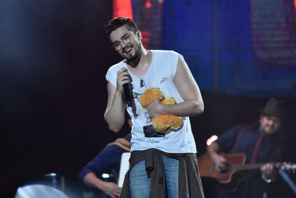Como na última edição, Luan Santana ganha presente das fãs no palco (Foto: Max Haack/Ag. Haack)