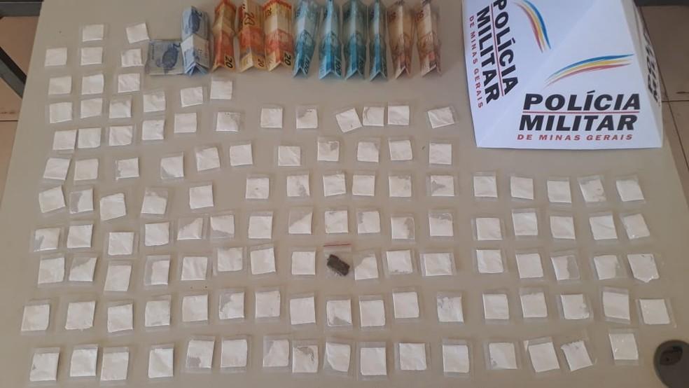 Drogas apreendidas na bolsa do homem — Foto: Polícia Militar / Divulgação