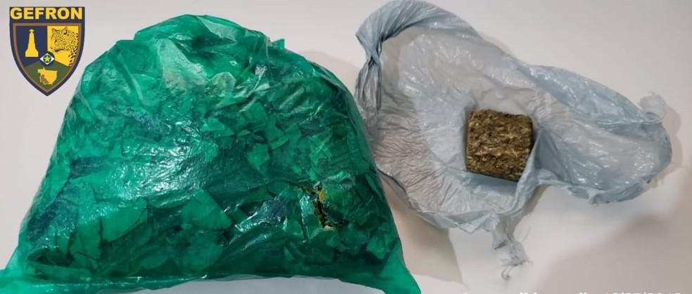 Além do dinheiro, folhas de coca e uma porção de maconha foram apreendidas — Foto: Gefron/Divulgação